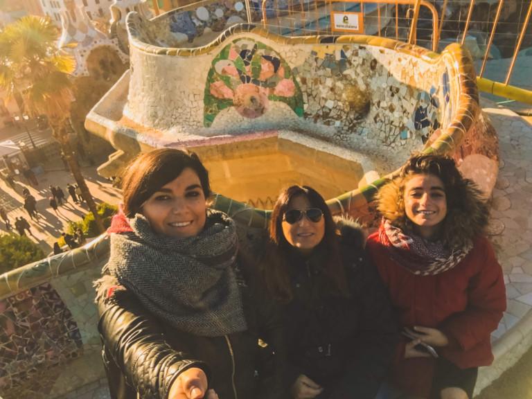 Queste siamo io, mia sorella e mia mamma al Park Guell