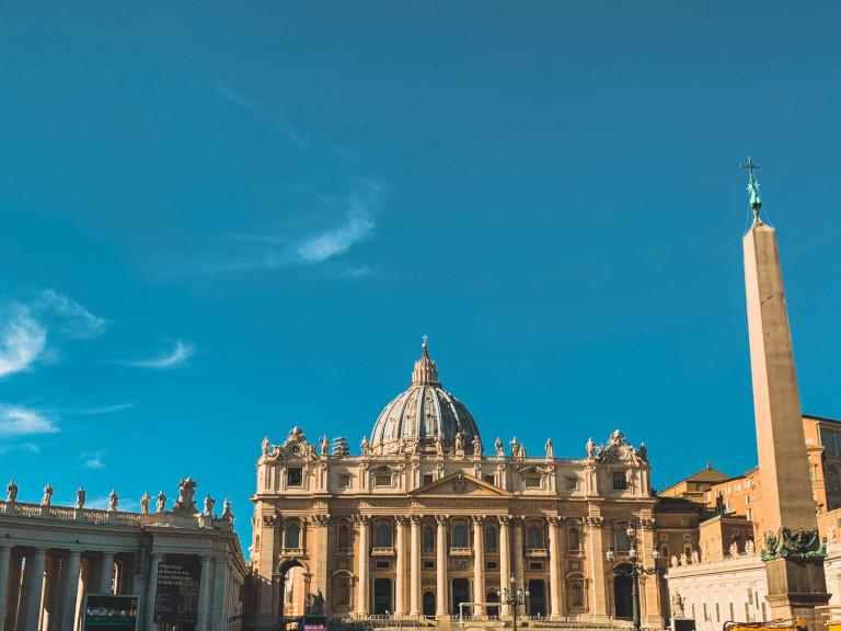 Tra i 10 posti da vedere a Roma a piedi non può mancare Piazza San Pietro.