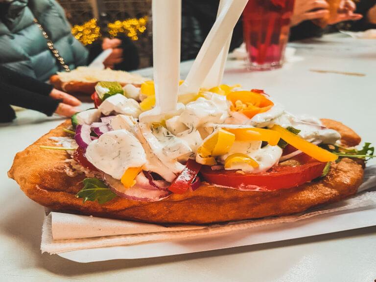 La famosa pizza fritta di Budapest