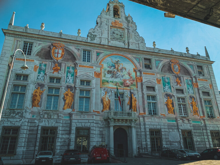 La meravigliosa facciata di Palazzo San Giorgio