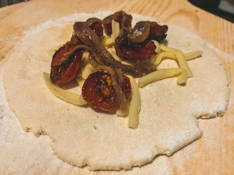 Panzerotti con pomodorini, alici e mozzarella
