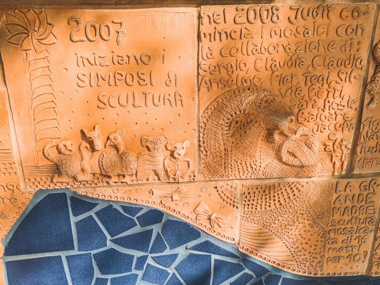 Alcune piastrelle che raffigurano la storia della famiglia Biener