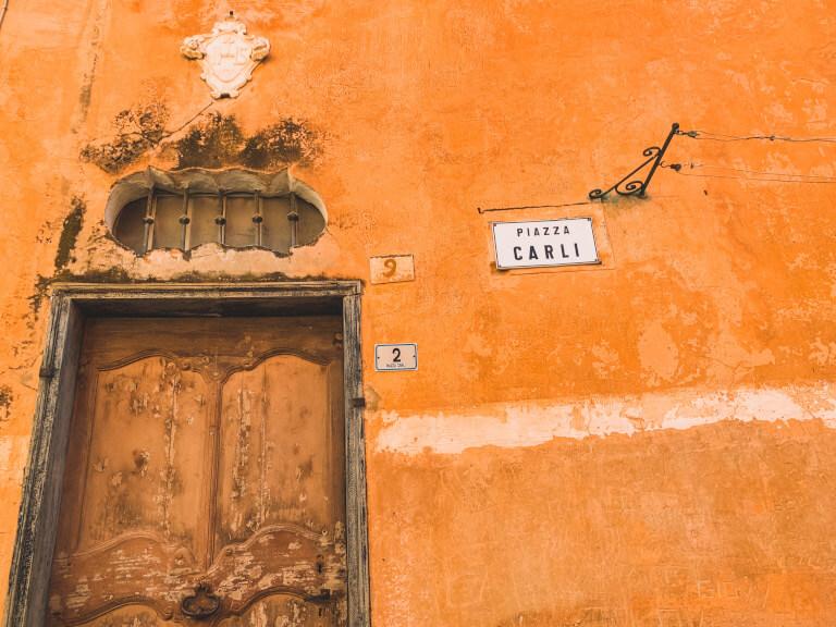 Il portone per accedere all'appartamento Bella Vista