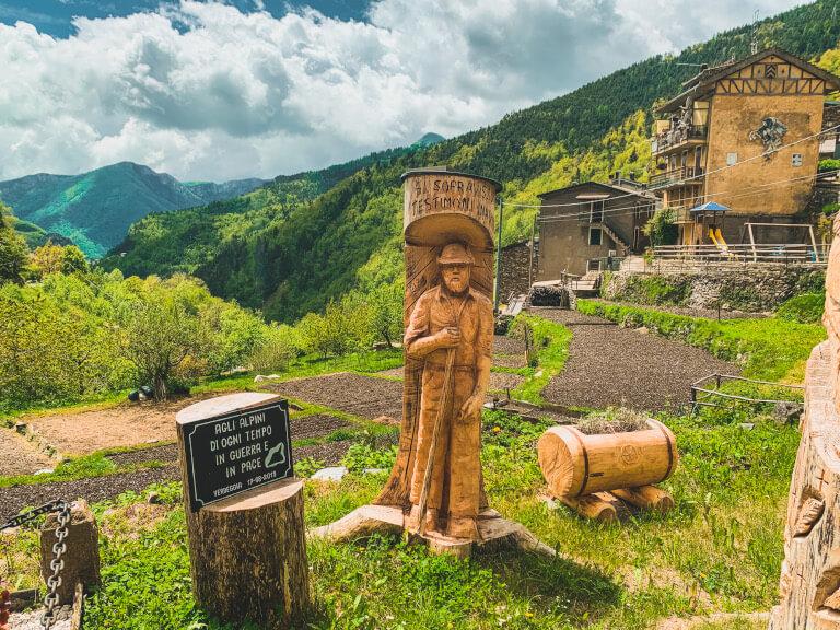 Cosa vedere a Verdeggia: il monumento agli alpini proprio all'ingresso